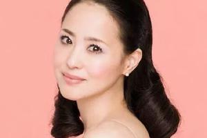 松田圣子豪华晚餐秀引热议 昭和歌姬仍魅力不减