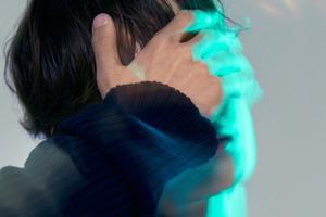 王一博绿洲晒新单曲概念照 单手捂眼酷盖强势来袭