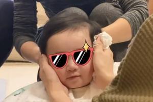 应采儿晒小儿子理发视频 HoHo对镜微笑可爱十足