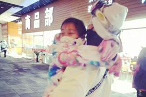 """李小璐晒带女儿滑雪照片 """"吐槽""""甜馨太重"""
