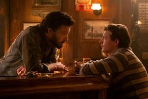 《温柔酒吧》发布首张剧照 大本和谢里丹叔侄对视