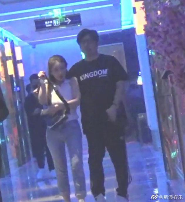 王岳伦和女子在ktv互动亲密