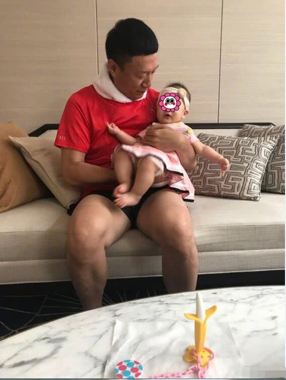孙红雷首次曝光女儿正面照 小公主眼睛像爸爸