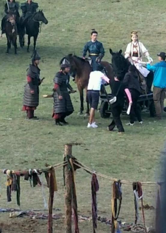 网曝同剧女演员证实唐嫣怀孕 片场骑道具马很小心
