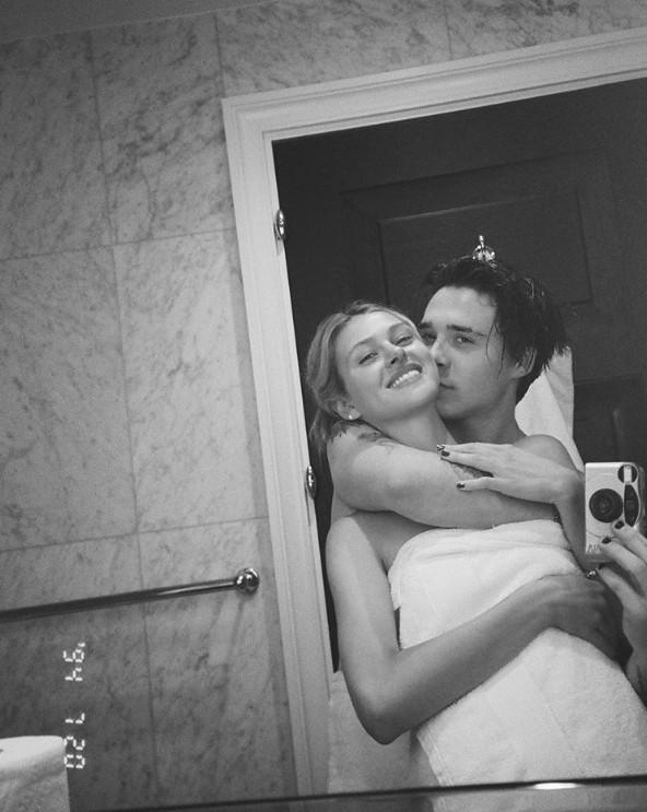 布鲁克林晒和女友围浴巾自拍照