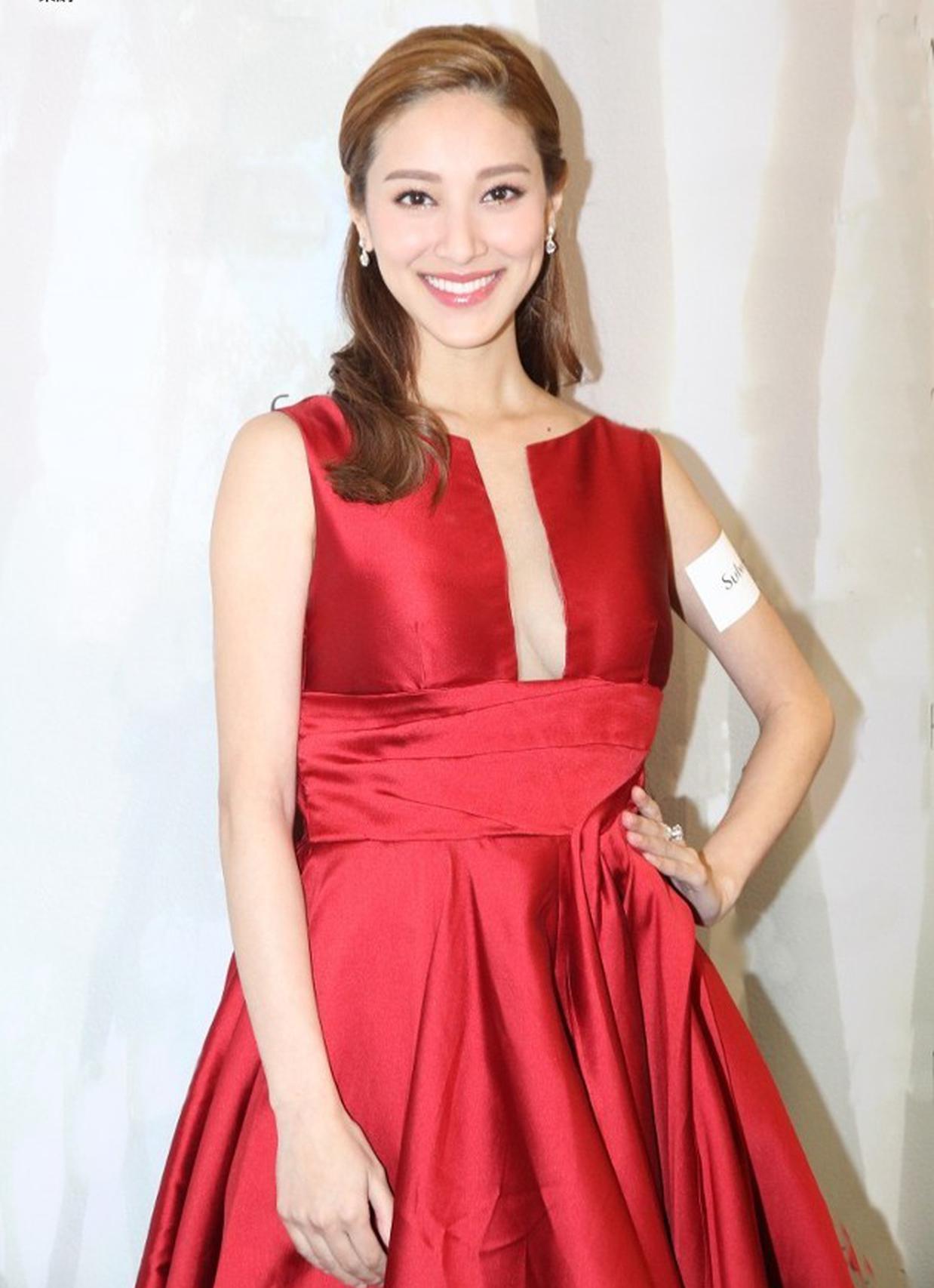 陈凯琳身穿深V红色伞裙性感现身。