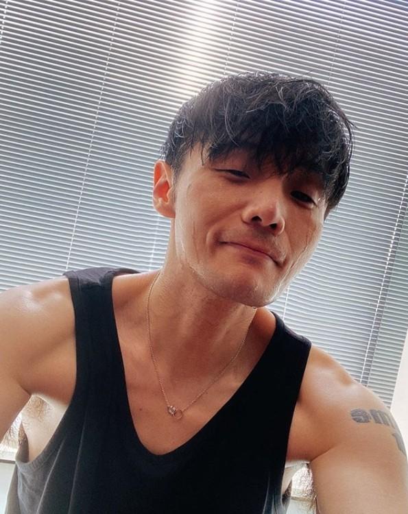 李荣浩晒自拍照被揪出修图 耿直回复笑翻网友