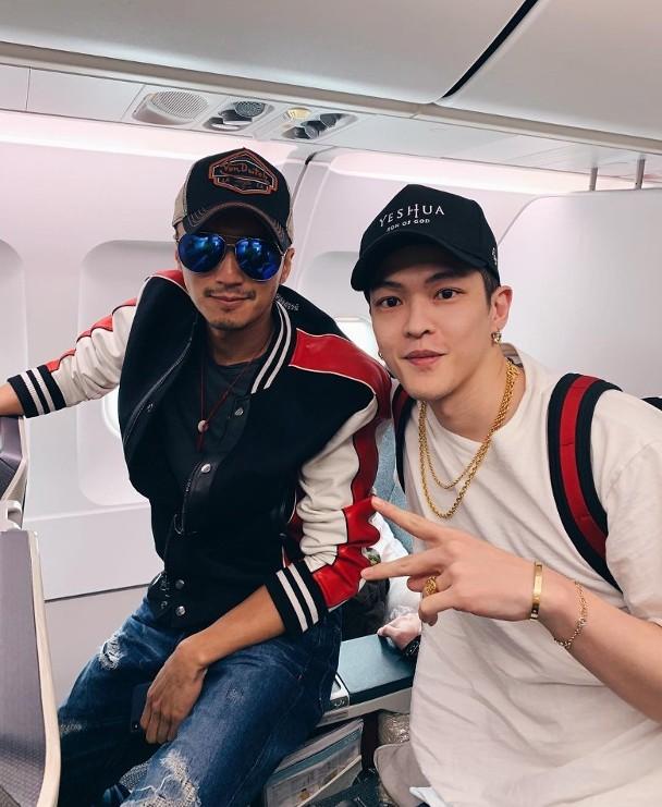 邓紫棋男友与谢霆锋在飞机上相符影。