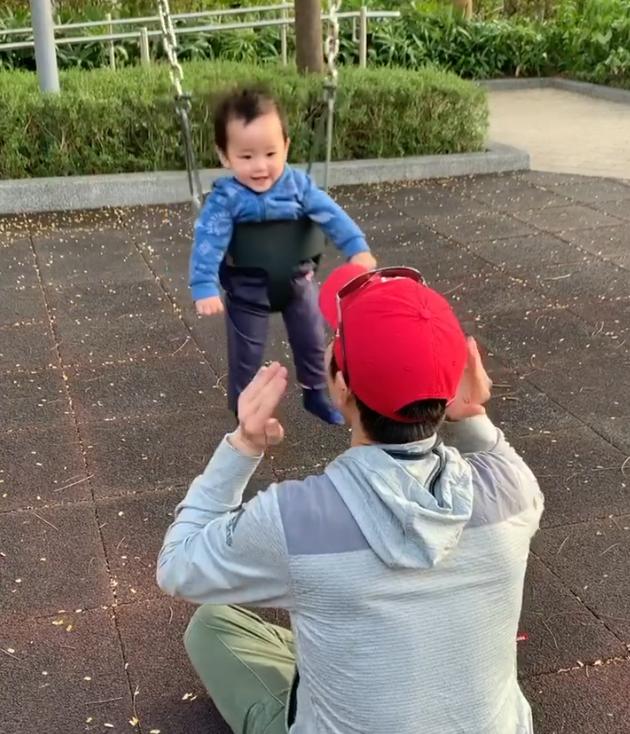陈凯琳晒老公郑嘉颖与儿子玩耍的视频