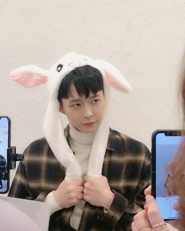 樸有天戴兔耳帽超可愛。
