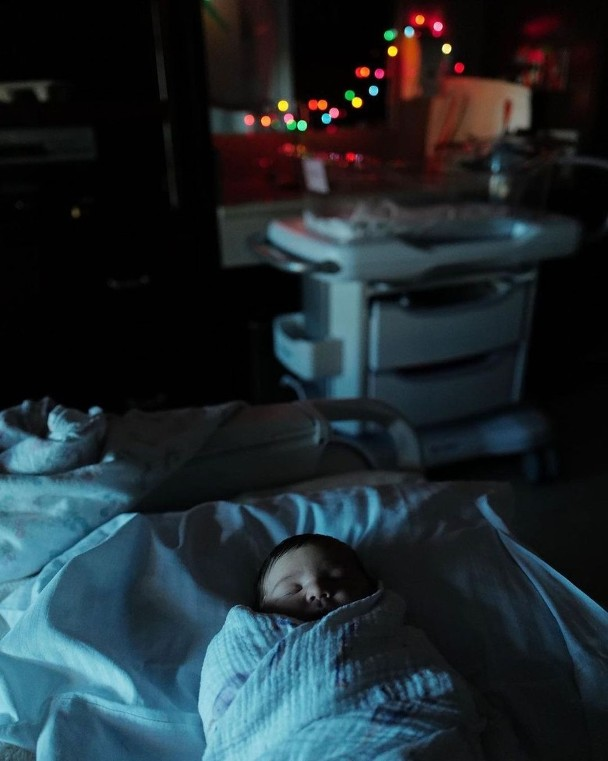 """《【杏耀在线娱乐注册】""""灭霸""""乔什·布洛林圣诞节再当爸 晒女儿正脸照》"""