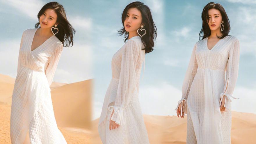 偷心盗贼!景甜晒沙漠美照 白裙点缀心形耳环风情万种
