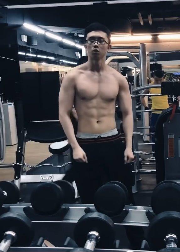 孙安佐健身房照片。