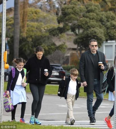本阿弗莱克和前妻詹妮弗加纳至今仍会一起接送小孩。