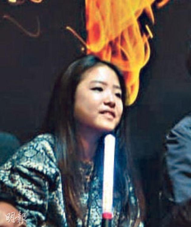 張學友大女兒張瑤華看得投入。