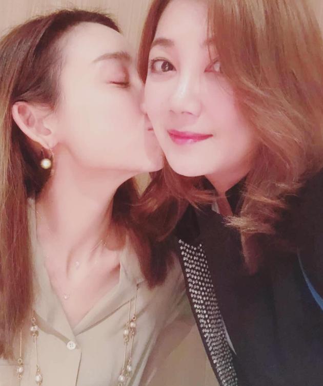 范玮琪为梁静茹庆生晒亲脸照:因为你在我心里