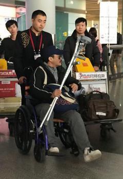 3月12日,有网友拍到吴京手持拐杖,戴着墨镜,坐轮椅现身北京机场。