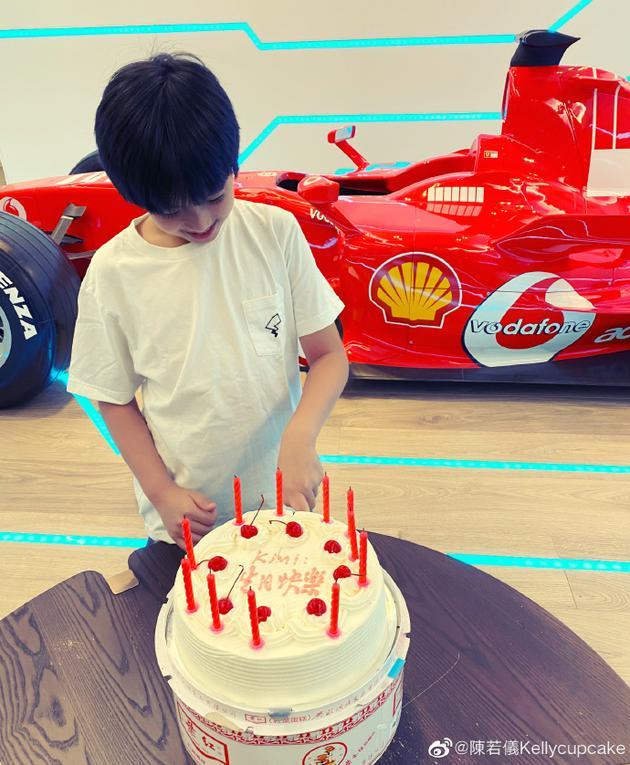 林志颖大儿子Kimi低头切蛋糕