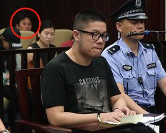 疑似在该富二代庭审现场的媒体照片中出现王思聪身影