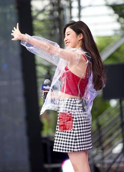 吴映香穿时尚透明外套亮相