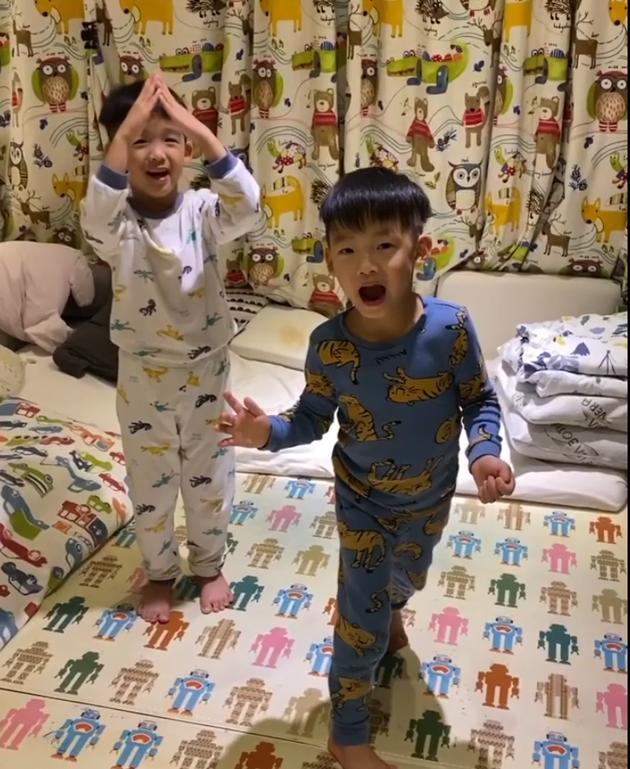 陈建州与儿子玩木头人