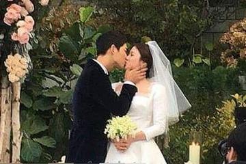 昔日婚礼甜蜜拥吻画面