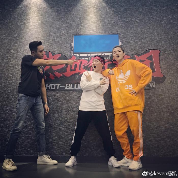 《热血街舞团》杨凯与陈伟霆、鹿晗合照(图片来自个人微博)