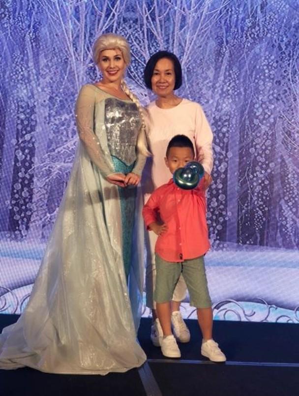 丁妈妈与孙子Torres跟冰雪奇缘的女主角合影