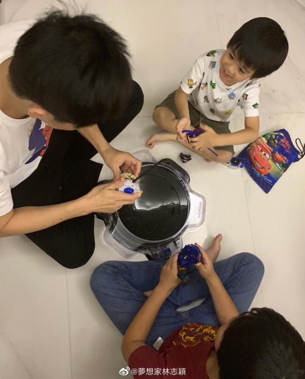 林志穎與兒子玩陀螺
