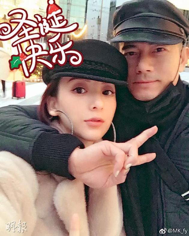 郭富城摟着太太方媛甜蜜放閃,網民留意到他塗了指甲油。