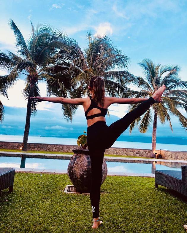 昆凌泳池边做瑜伽动作 椰子树下秀美背超柔韧