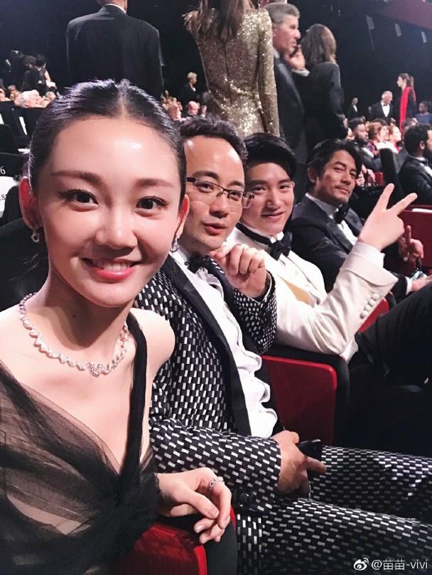 演员苗苗(右一)饰演郭富城女儿。
