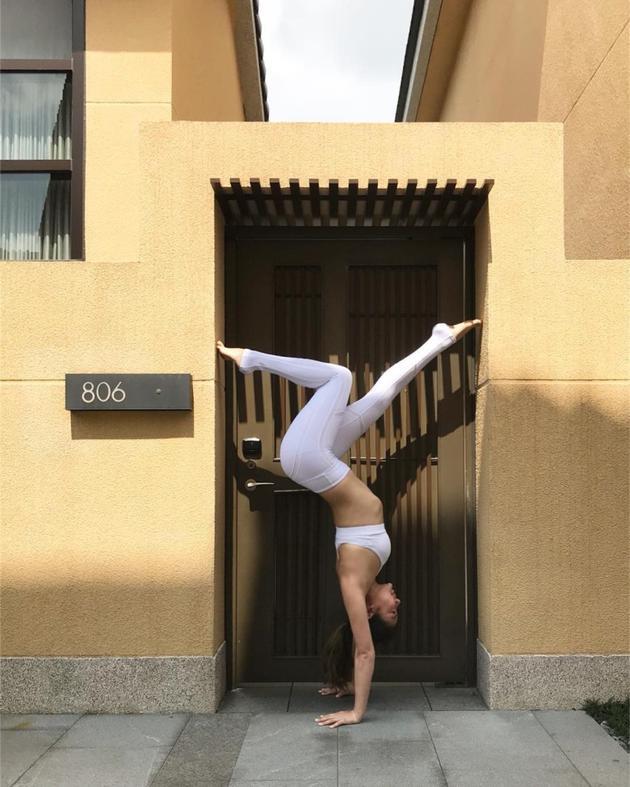 笑基儿做倒立瑜伽