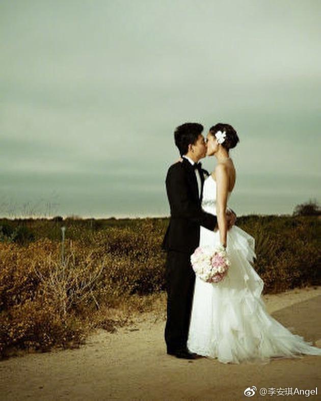李安琪晒照纪念结婚八周年 网友:带着奥莉奥利奥