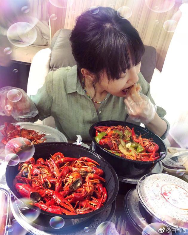 白百何7月4日晒出的吃小龙虾图