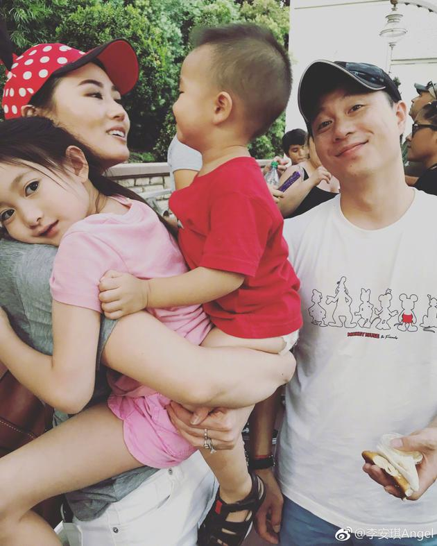 李小鹏全家迪士尼游玩 李安琪竟然一手抱两娃!