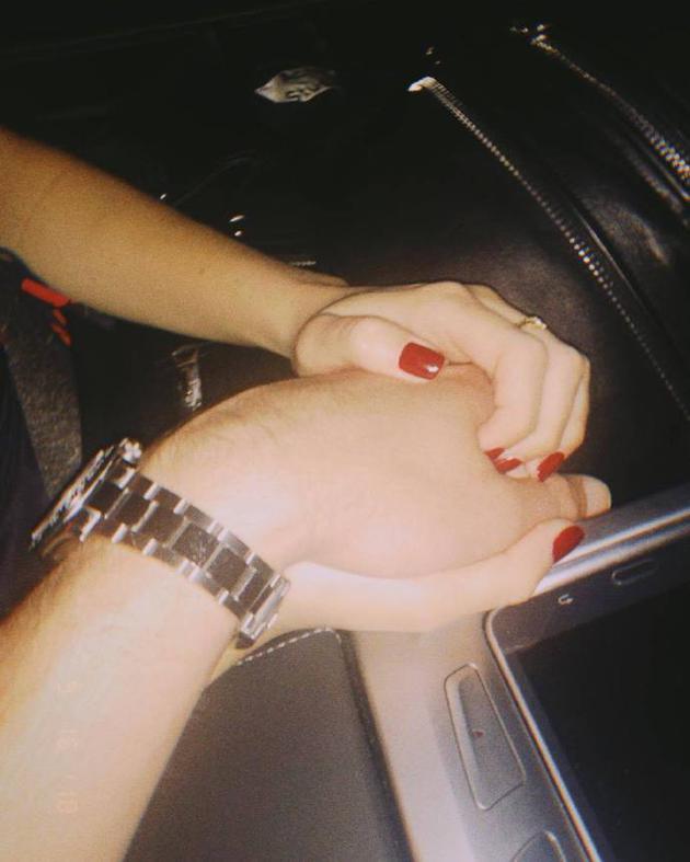 断眉晒与女友牵手照