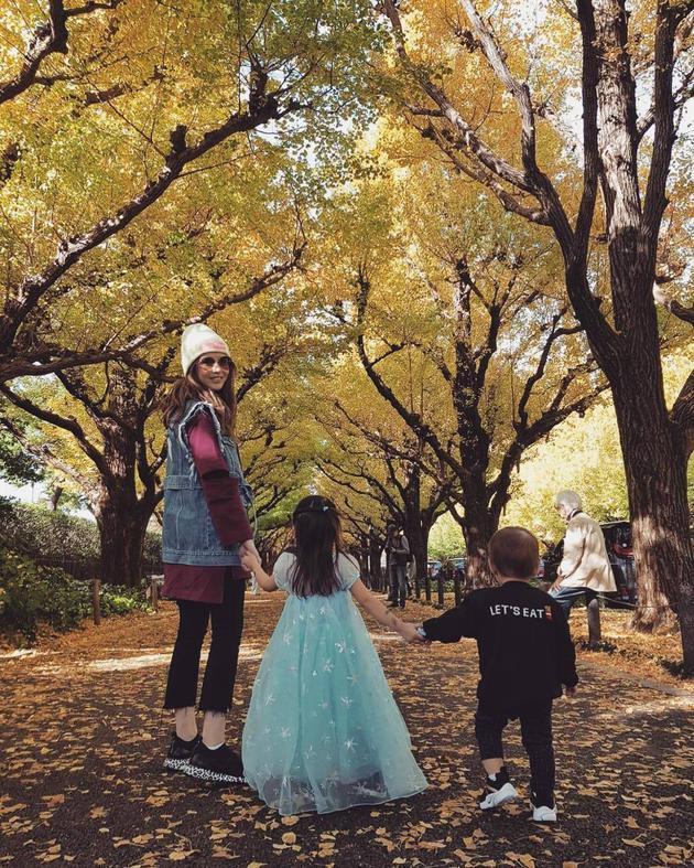 昆凌与两个宝宝手牵手。
