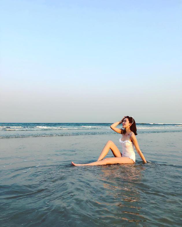 陈若仪白色泳装大秀好身材