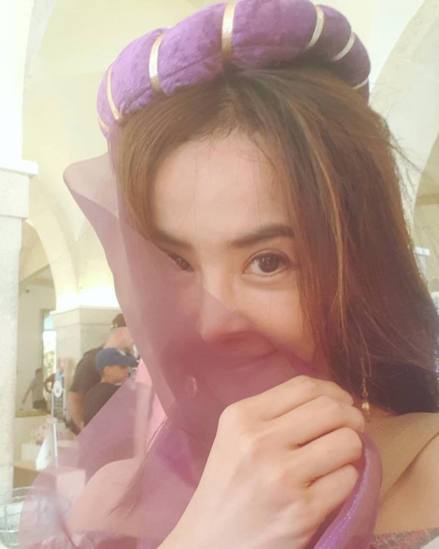 蔡依林紫纱掩面含羞偷笑 网友:像茉莉公主!图片