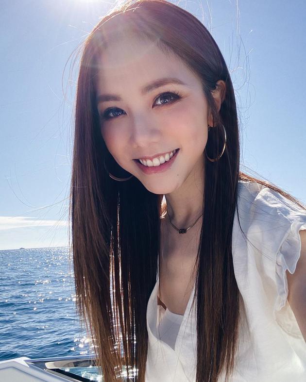 邓紫棋摩纳哥度假晒海上自拍 穿清凉白衫笑容惬意