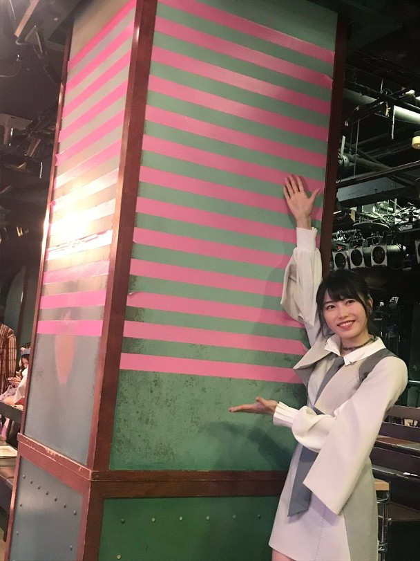 柱上面13条粉红带,象征AKB48成立13周年。
