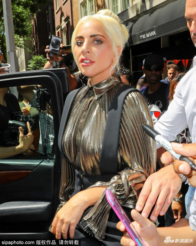 Lady Gaga资助枪击案发地孩童追梦 呼吁勇敢求助