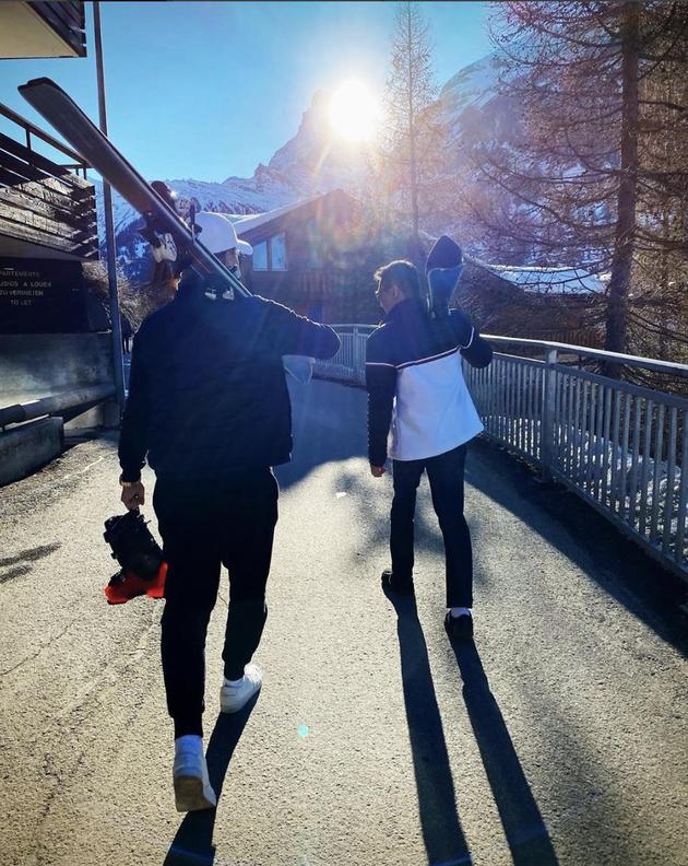胡杏儿与老公李乘德滑雪