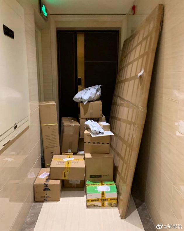 郑希怡家门口被双十一快递堵住 粉丝争当搬运工