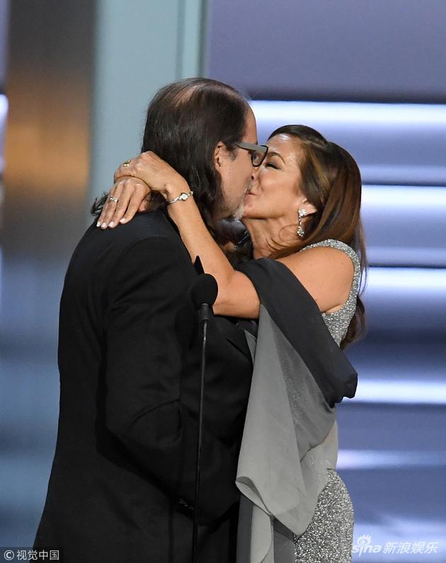 格伦·维斯凭借执导奥斯卡颁奖典礼获得艾美奖,在领奖时现场向女友求婚