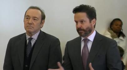 凯文·史派西(左)缺席听证会