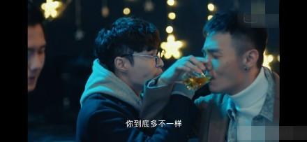 张艺兴勾李荣浩喝交杯酒