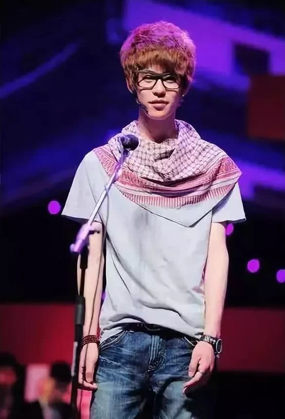 2011年,張雲雷成爲德雲社第一個戴耳釘、染頭髮的相聲演員