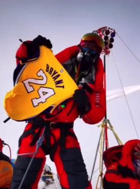 科蜜带着科比24号球衣登顶珠穆朗玛峰
